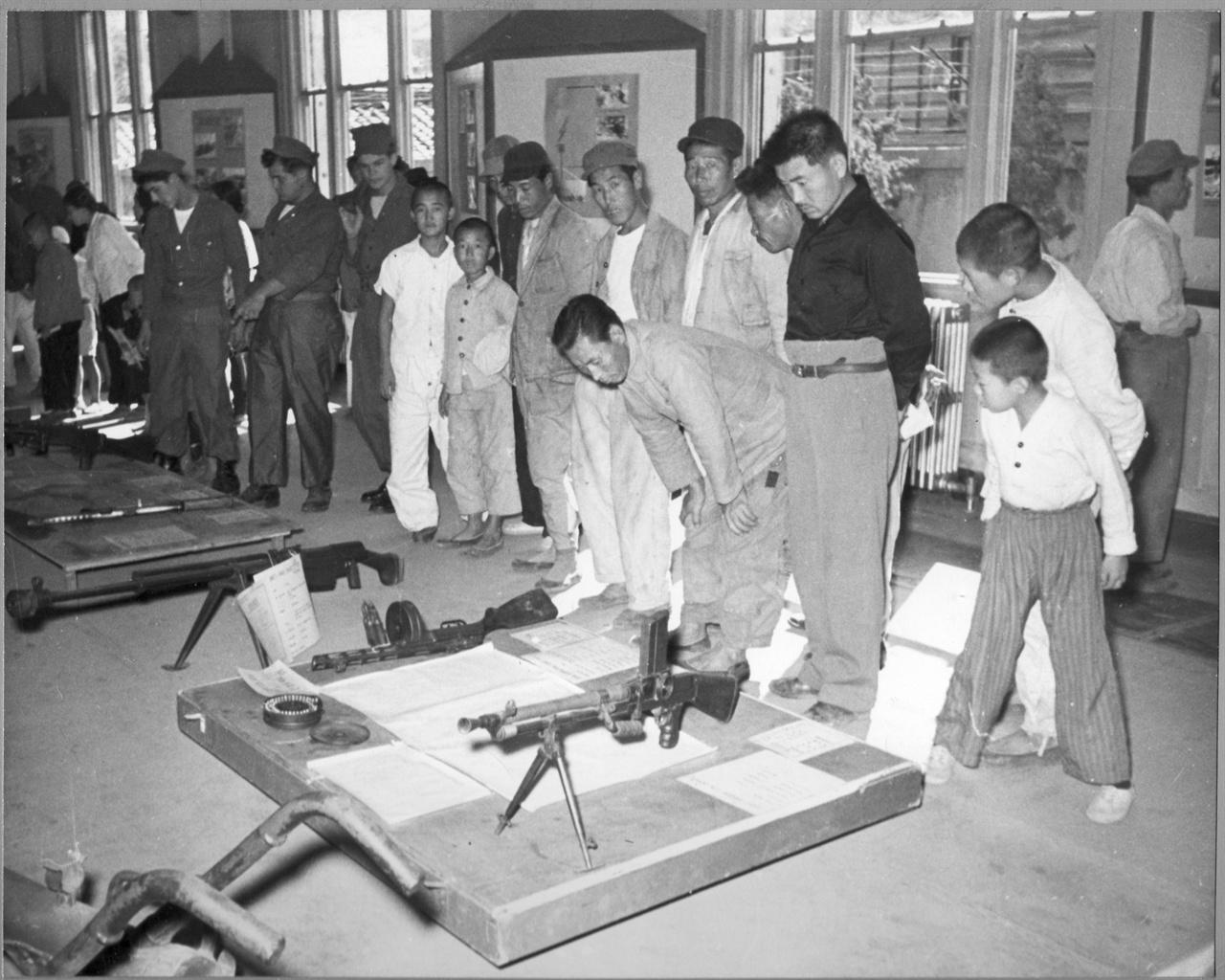 부산, 미국 공보관(문화원)에서 인민군 노획무기 전시회가 열리자 시민들이 구경하고 있다(1951. 6. 11.).