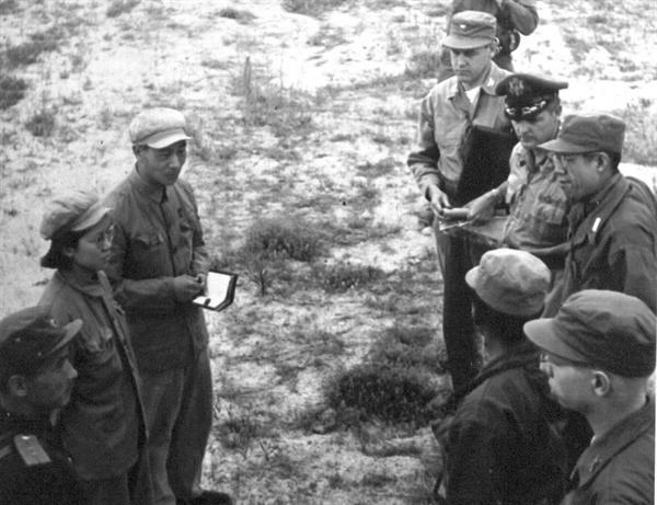 정전회담을 위한 유엔군 측 실무자들과 공산군 측 실무자들의 첫 만남(1951. 7. 8.).
