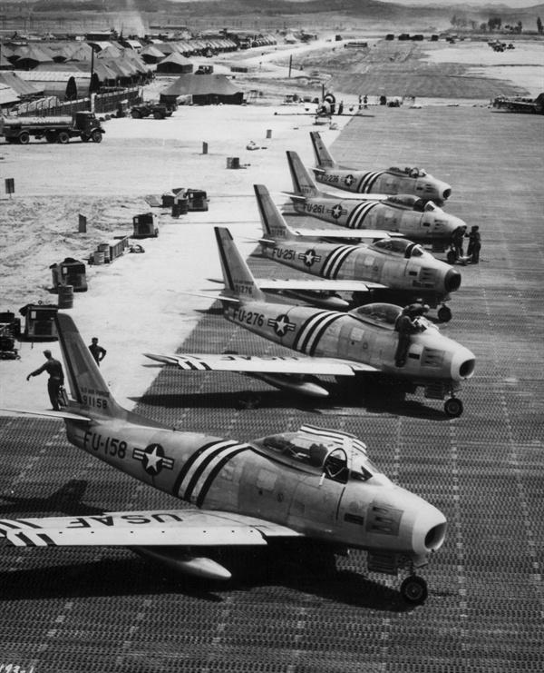 미 공군 F86 전투기가 출격 명령을 기다리고 있다(1951. 6.).