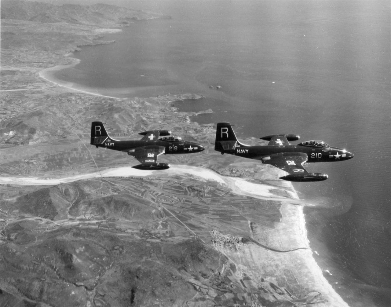 미 제7함대 전투기가 북한 동해안 상공을 날고 있다(1951. 7. 1. ).