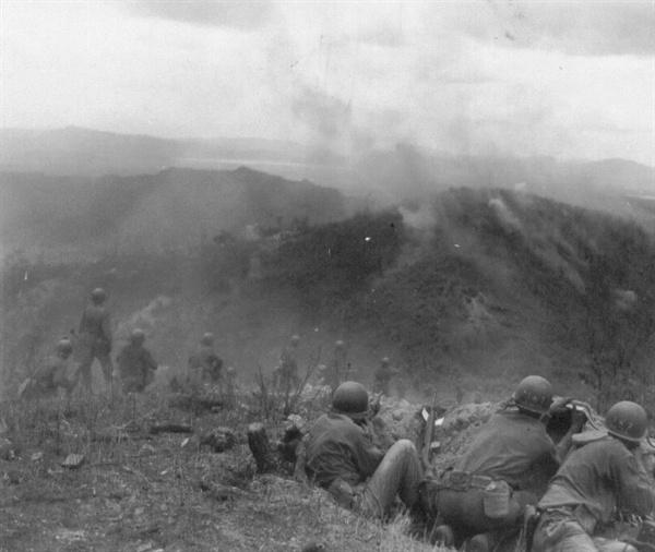 고지전, 전략상 유리한 고지를 뺏기 위해 치열한 전투를 벌이고 있다(1951. 7. 3.).