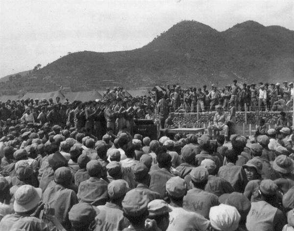 경남 거제, 포로수용소에서 포로들이 예배를 보고 있다(1951. 7. 9.).
