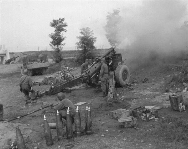 적진을 향해 불을 뿜는 105mm 곡사포(1951. 7. 10.).