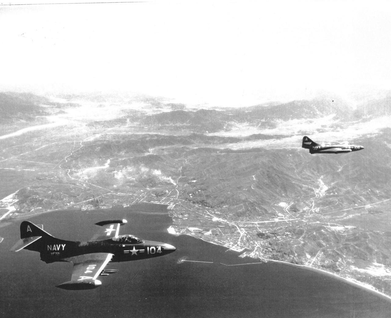미 해군 전투비행기가 원산 상공을 초계비행하고 있다(1951. 7. 15.).