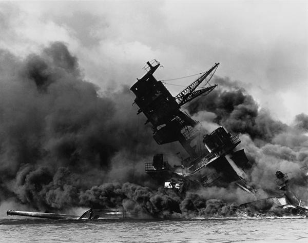 남인수가 군국가요를 부르던 때에 일본군국주의는 아시아·태평양 침공을 감행했다. 사진은 1941년 일본군의 진주만 기습으로 USS 애리조나호가 격침되는 모습.