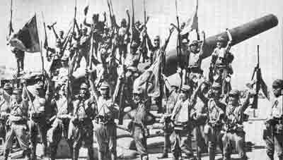 남인수가 군국가요를 부르던 때에 필리핀에서 승전을 거둔 일본군의 모습. 사진은 코레히도르 전투에서 승리를 거둔 뒤 환호하는 일본군의 모습.
