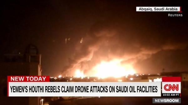 사우디아라비아 주요 석유 시설의 피폭을 보도하는 CNN 뉴스 갈무리.