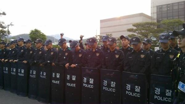 밀양 한국전력 공사 건물 앞 경찰들. 2014년 4월 26일 긴급연대 때의 사진
