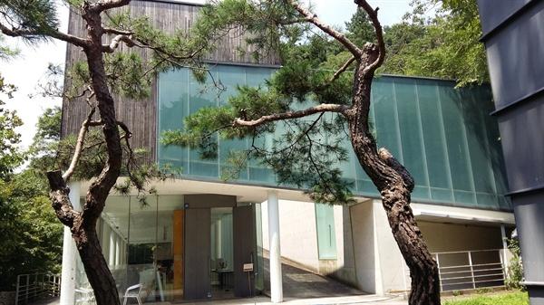 2001년에 개관한 의재 미술관. 무등산 증심사 가는 길목 춘설헌 맞은편에 자리하고 있다. 미술관 자체가 예술 작품이다. 2001년 제10회 '한국건축문화대상'을 받았다