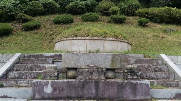 산수를 그리다 산수에 누운 의재 허백련 묘소. 두 아들 광득, 진득과 함께 무등산 기슭 춘설헌 뒤편 언덕에서 예향 광주를 내려다보고 있다