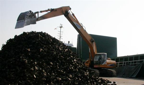 일본에서 수입한 폐타이어를 항구에서 하역하는 모습