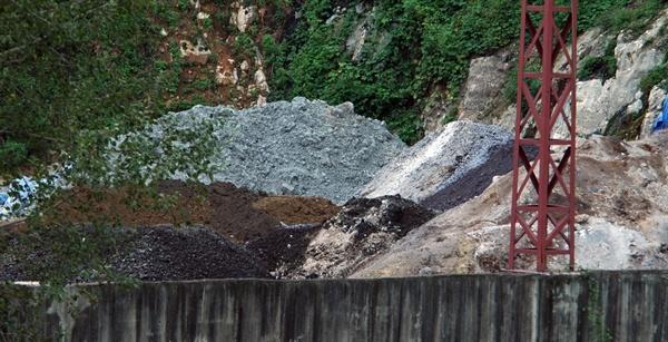 점토 광산없이도 하수슬러지와 공장오니 등의 각종 쓰레기들이 점토 대용으로 시멘트 제조에 사용 중인 시멘트공장 현장