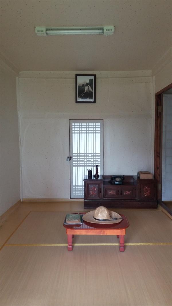 시인의 방 복원된 생가 내 시인이 거주하던 방. 생전 때 생가의 주소는 동남리였는데, 지금은 신동엽길 12로 바뀌었다.