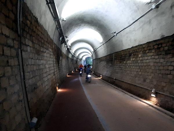 오림터널공원을 통과하는 자전거운전자들. 이렇게 삭막한 시멘트 공간에 군데군데 세계적 명화를 전시해 살아있는 공간으로 만들었다.