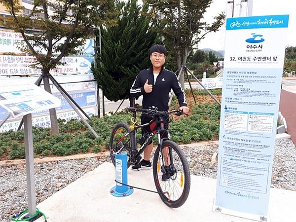 매주 두세번씩 자전거여행을 한다는 한 시민이 타이어에 공기를 주입한 후 엄지를 들어올렸다. 공기주입용 펌프는 시에서 설치한 구조물이다.