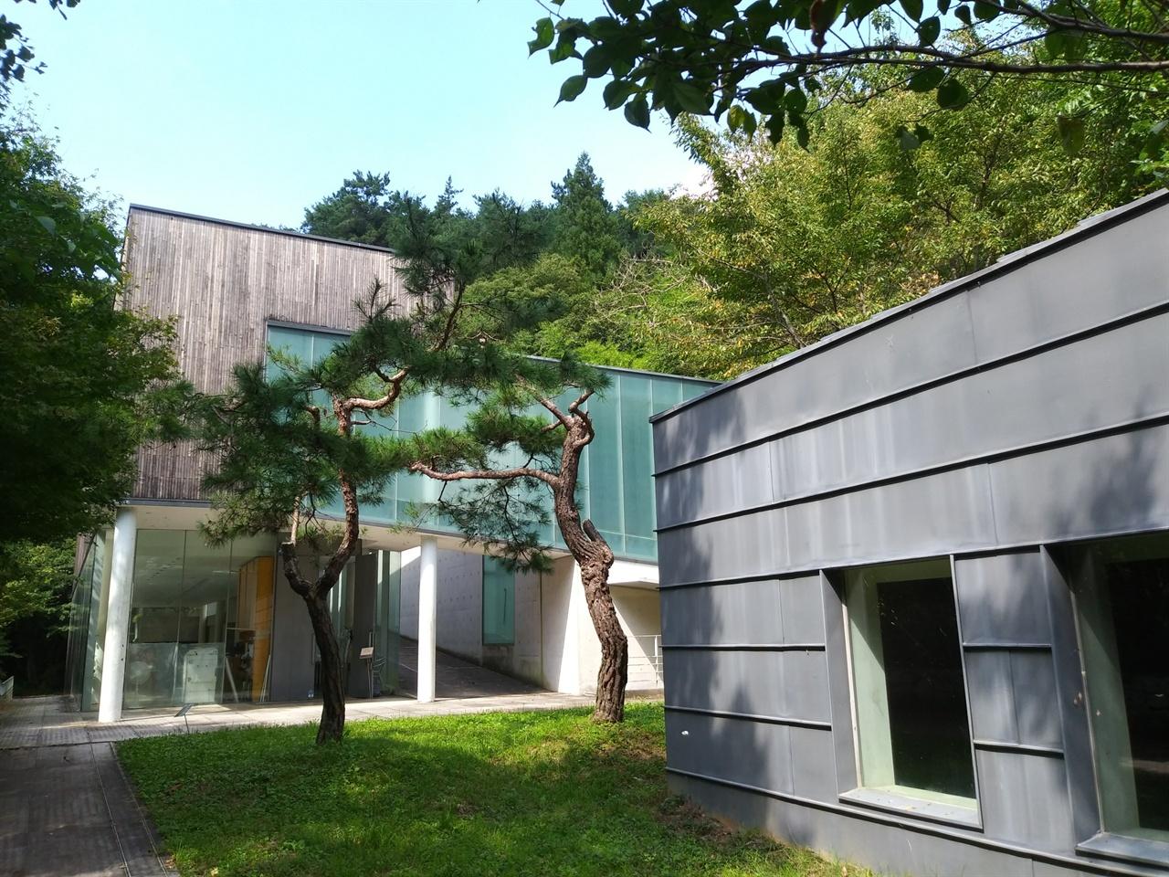 의재 미술관의 모습 나무 뒤의 건물이 미술관이고, 오른쪽 단층 건물은 의재 생존 당시 농업기술학교로 쓰였던 삼애헌 건물이다.