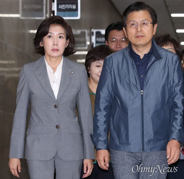 자유한국당 황교안 대표와 나경원 원내대표가 16일 오전 국회에서 열린 최고위원회의에 입장하고 있다.