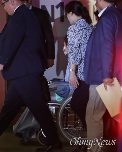 서울구치소에 수감 중인 박근혜 전 대통령이 16일 오전 서울 서초구 서울성모병원에서 어깨 수술을 받기 위해 호송차량에서 내려 휠체어를 타고 고개를 돌린 채 병실로 향하고 있다.