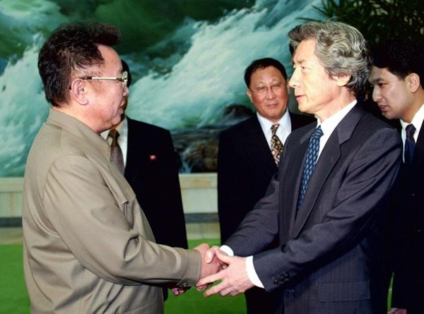 2002년 9월 17일 방북한 고이즈미 당시 일본 총리가 김정일 국방위원장과 악수하고 있는 모습.