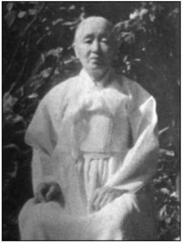55년 동안 엄마를 찾아 헤맨 외할머니의 손엔 2005년이 되어서야 그리운 어머니의 영정사진이 쥐어졌다.