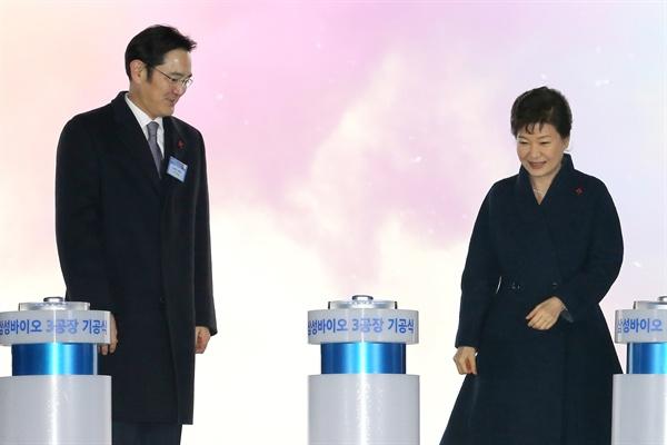 2015년 12월 21일 당시 박근혜 대통령과 이재용 삼성전자 부회장이 인천 송도에서 열린 삼성바이오로직스 제3공장 기공식에서 발파버튼을 누르고 나서 단상을 내려오고 있다.