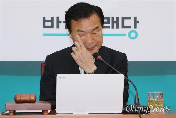 바른미래당 손학규 대표가 16일 오전 국회에서 주재한 최고위원회의에서 생각에 잠겨 있다.