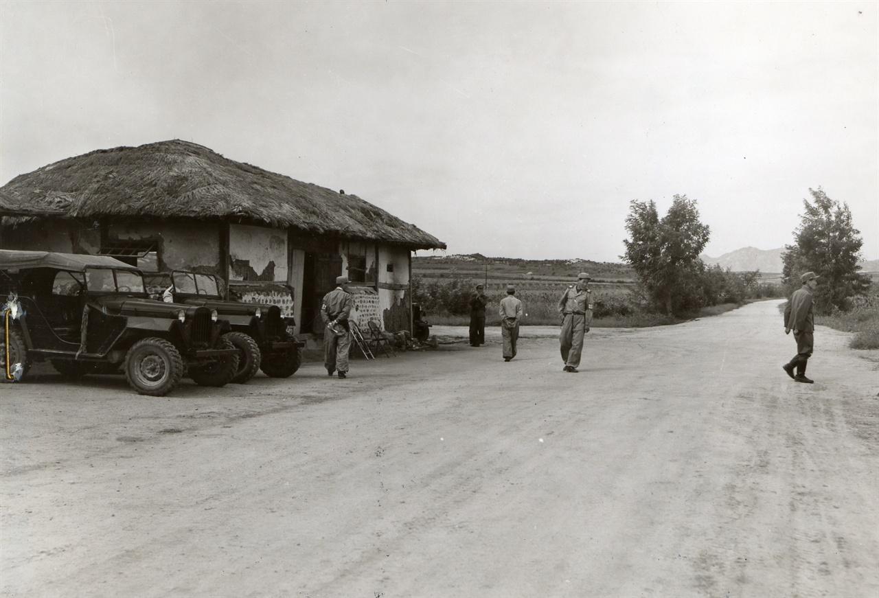 J. C. Slockbowe 하사가 찍은 사진으로 정전 회담 중인 판문점 외곽의 주차장(1952. 9. 17.).