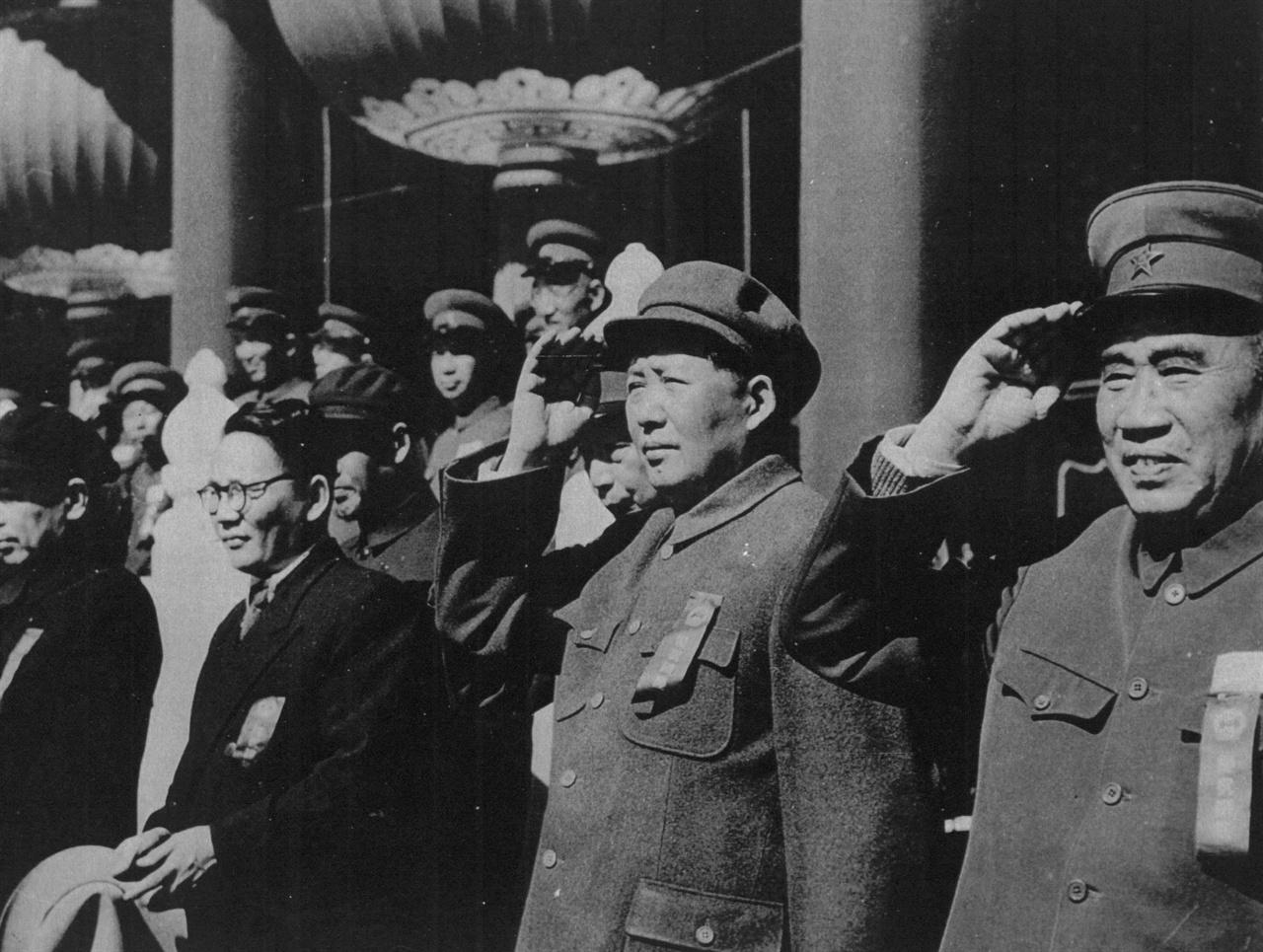 모택동 주석(가운데)이 중국군의 사열을 받고 있다(1952. 10. 1.).