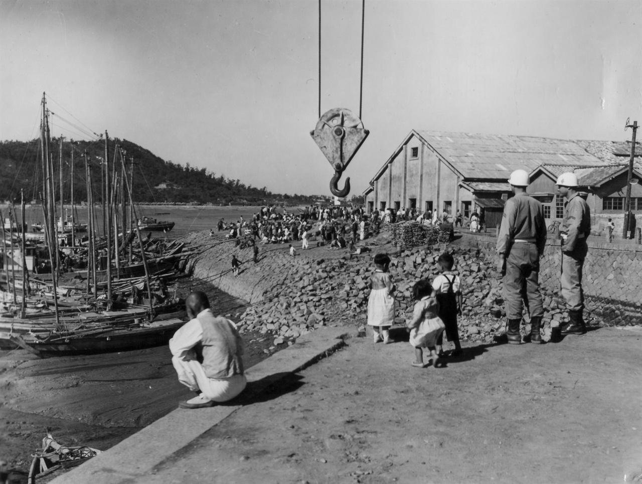 두 해병대 병사가 2년 전의 인천상륙지점을 둘러보고 있다(1952.10. 2.).