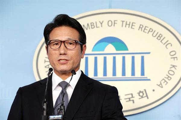 바른미래당 정병국 의원이 16일 오후 국회 정론관에서 손학규 대표 퇴진 촉구 기자회견을 하고 있다.