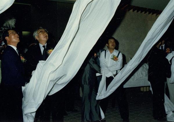 1988년 9월 15일 다다익선 작품 제막식 사진. 당시 이경성 국립현대미술관 관장(왼쪽)과 백남준