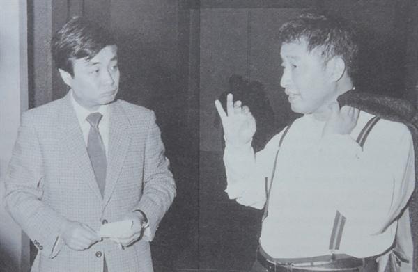1987년 백남준과 김원 건축가가 다다익선 설계방식에 대해 논의하는 모습