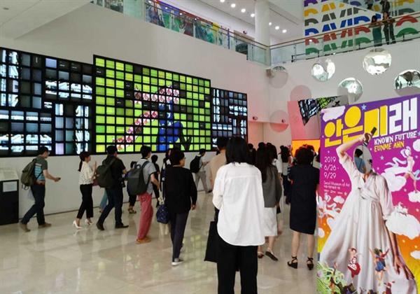 서울시립미술관 서울 이야기를 자유로운 영상으로 푼 백남준의 '서울 랩소디(LCD 280개, 2001년) 화면이 밝다.