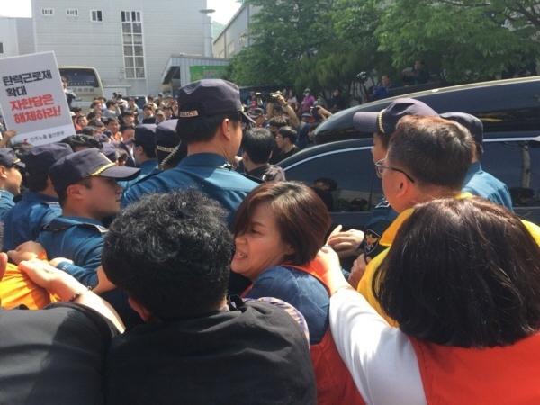 황교안 대표가 지난 5월 9일 오전 10시쯤 울산 북구 매곡동에 있는 자동차부품회사인 (주)한국몰드에서 최고위원회를 겸한 현장 시찰을 위해 도착하자 시민단체, 민주노총, 진보정당 등 관계자들이 접근하다 경찰 저지선에 막혀 있는 모습. 당시 항의로 시민단체 회원 3명이 지난 7월 22일 경찰 조사를 받은 것으로 나타났다.