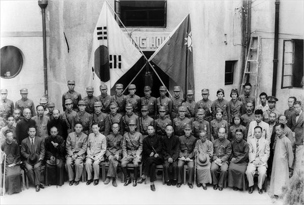 한국광복군 성립전례식 한중 대표 기념촬영. 중앙에 김구 주석 왼편의 군복 입은 이가 총사령 지청천 장군이다.
