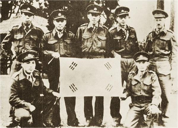 광복군 인면전구 공작대원들. 이들은 9명에 불과했지만 영국군의 요청으로 인도 미얀마전선에 투입하여 임무를 수행하고 2년 뒤 광복군으로 원대복귀했다.