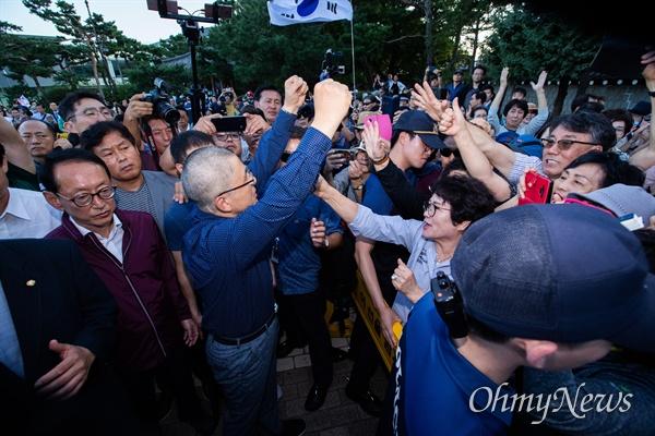 삭발을 마친 자유한국당 황교안 대표가 16일 오후 서울 청와대 분수대 인근에서 지지자들을 향해 두팔을 들어 올리고 있다.