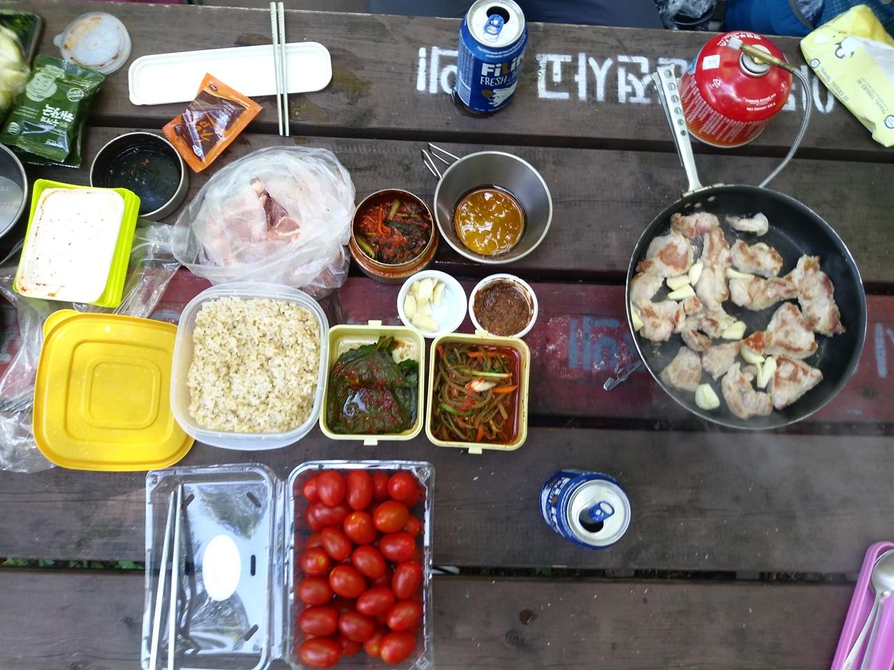 지리산 피아골 대피소에서 먹은 늦은 점심. 김준정씨는 고기를 굽고, 찌개를 끓이고 커피까지 끓여주었다.