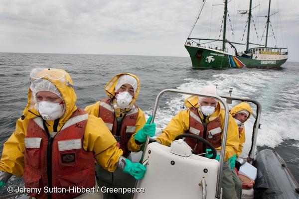 지난 2011년 5월, 국제환경단체 그린피스가 후쿠시마 원전 앞 해상에서 해수의 방사능 오염을 확인하기 위해 이를 채취하는 모습