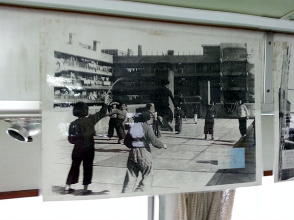 여수 오동도의 절반 크기 밖에 안되는 군함도에 9층짜리 아파트가 있었고 학교와 병원도 있었다고 한다. 아이들이 즐겁게 줄넘기 놀이를 하고 있는 땅밑 지하갱속에서는 한국과 중국에서 끌려온  노무자들이 석탄을 캐고 있었다.