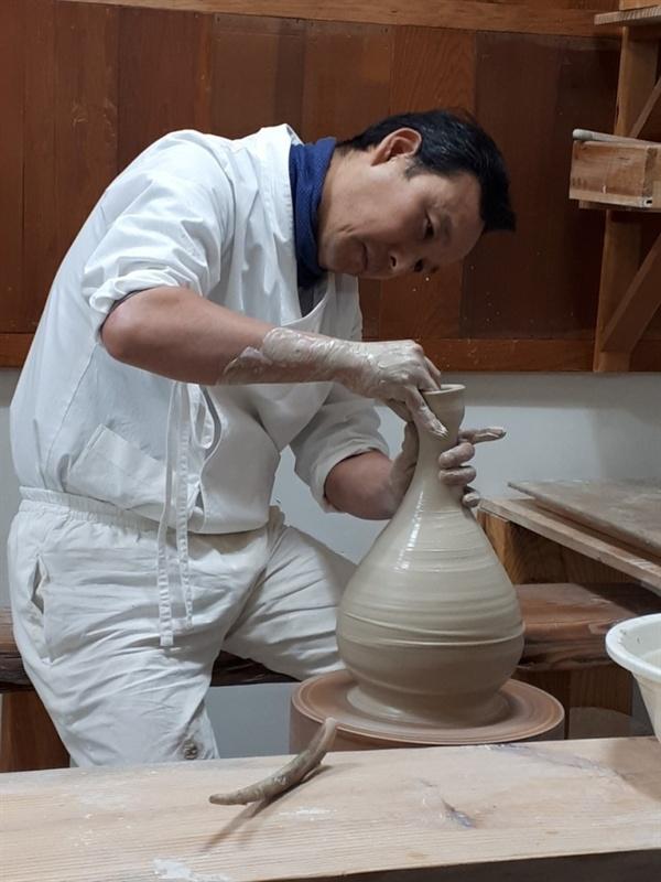 작업에 몰두하고 있는 김선식 도예가.