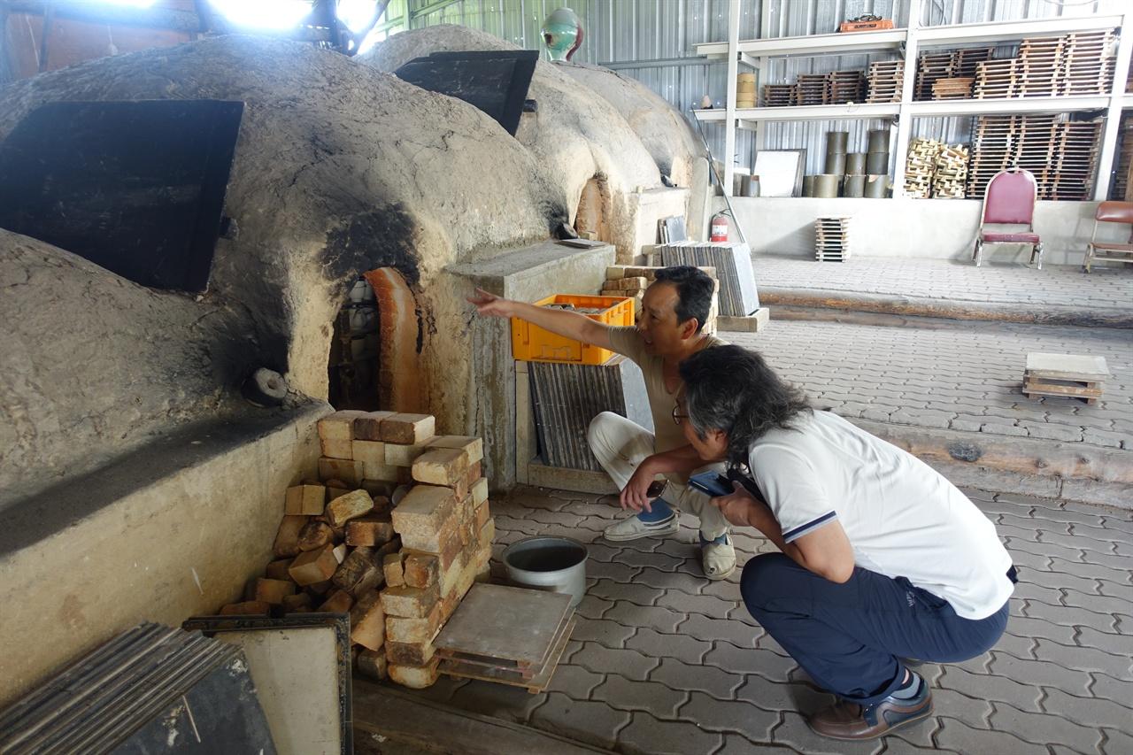 전통 방식의 가마 앞에서 도자기와 관련된 이야기를 들려주는 김선식 씨.