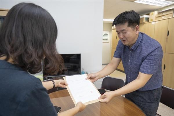 김한영 대표자가 선관위에 '진관동 구의원 주민소환 대표자 증명서'를 제출하고 있다.
