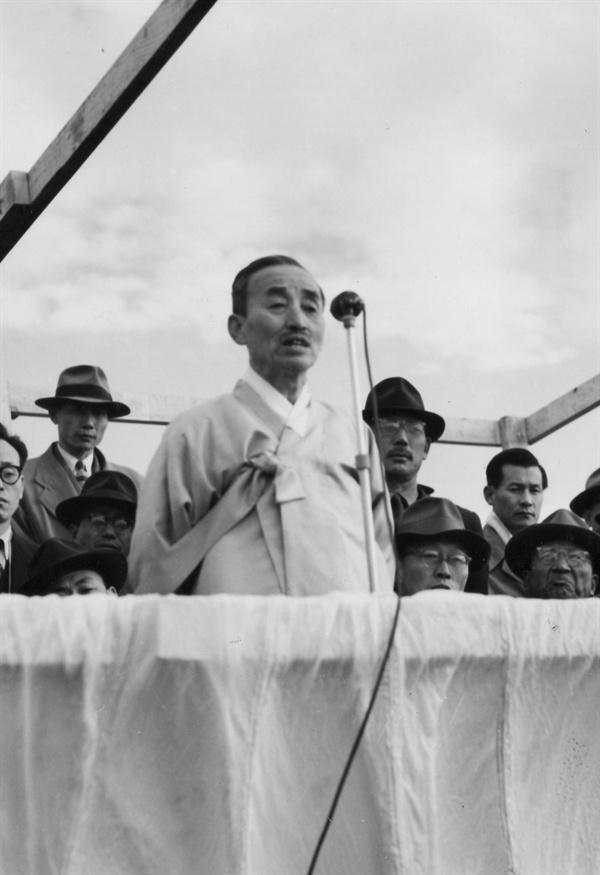김병로 대법원장 낙하산부대에서 치사를 하고 있다(1953. 11. 18.).