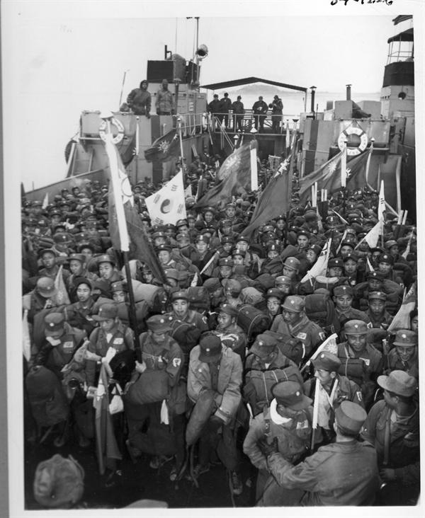인천, 배를 타고 자유중국으로 떠나는 중국군 반공 포로들 (1953.).