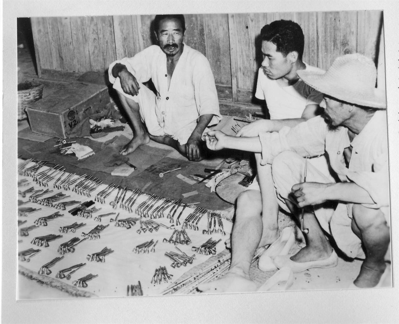 시골 장터 한 구석의 담뱃대 가게(1953.).