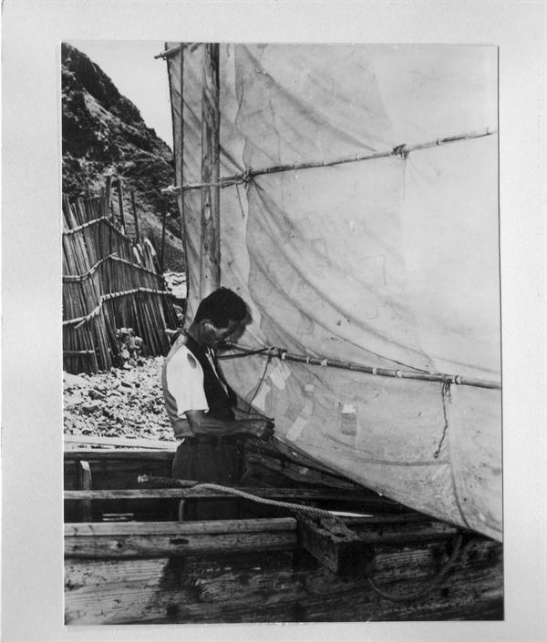 한 어부가 돛단배를 손질하고 있다(1953.).