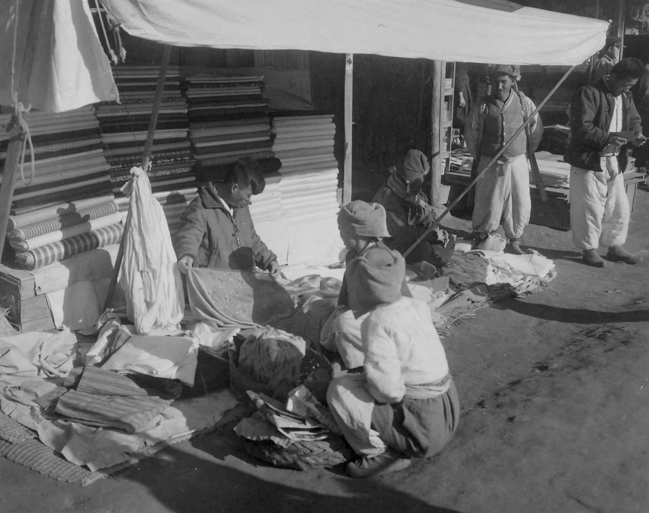 한국 시골 장터의 노점 포목가게(1954. 1. 5.).