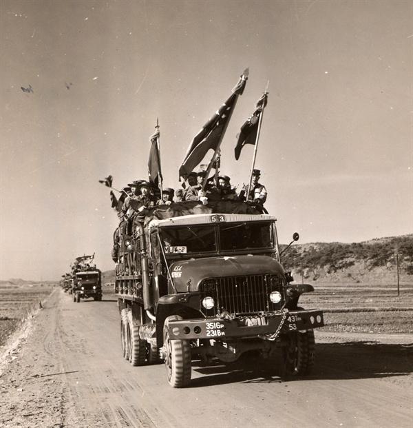중국군 포로 가운데 본국 송환을 거부하고 자유중국을 희망한 포로들을 태운 트럭이 인천항으로 가고 있다(1954. 1. 20.).
