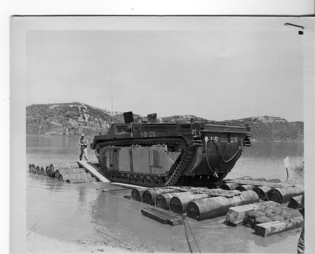 수륙 겸용 장갑차의 운행을 실험하고 있다(1954. 5. 7.).
